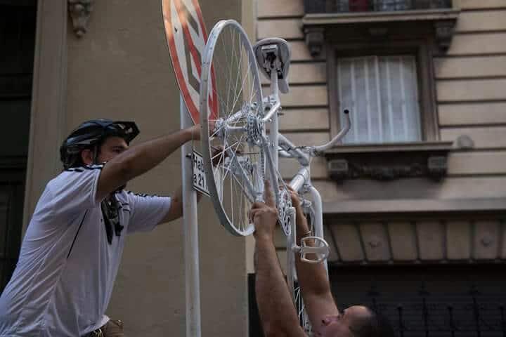 Bicicleta blanca colgada en donde el colectivo chocó a Sofía.